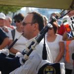 Gérard sonnant devant l'Air du Temps sur le port de Toulon