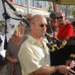 Olivier sonnant devant l'Air du Temps sur le port de Toulon