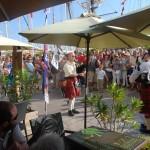 Gérard et Olivier entouré du public, devant l'Air du Temps sur le port de Toulon