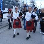 Olivier et Gérard jouant de la cornemuse écossaise devant les voiliers, le deuxième jour de la Tall Ships Regatta 2013