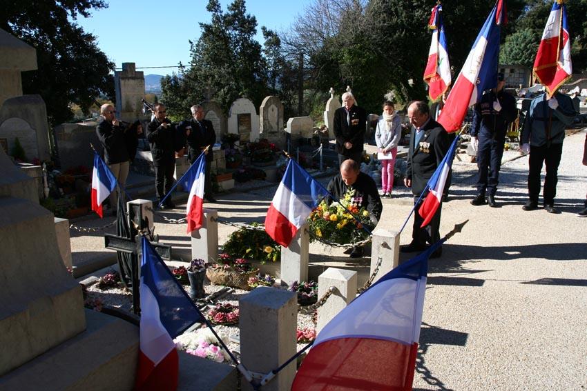 Dépôt de gerbes devant le monument aux morts