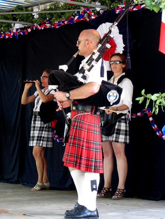 Lilith's Pipers, groupe de musique celtique et  cornemuse Toulon à Flassans le 17 août 2014 - 70ème anniversaire de la libération du village - deux cornemuses, une bombarde et une caisse claire écossaise