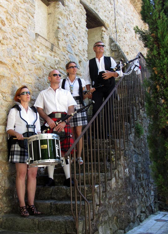 Lilith's Pipers, groupe de musique celtique et  cornemuse Toulon à Flassans le 17 août 2014 - 70ème anniversaire de la libération du village - photo devant la maison du patrimoine