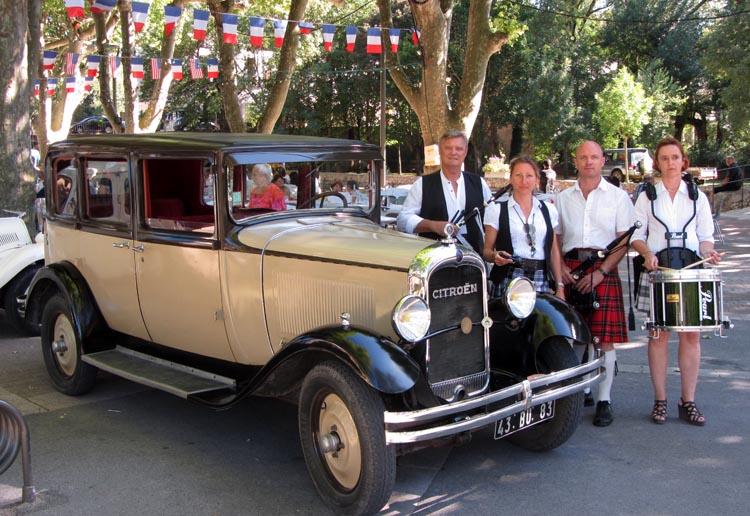 Lilith's Pipers, groupe de musique celtique et  cornemuse Toulon à Flassans le 17 août 2014 - 70ème anniversaire de la libération du village - devant les voitures de collection