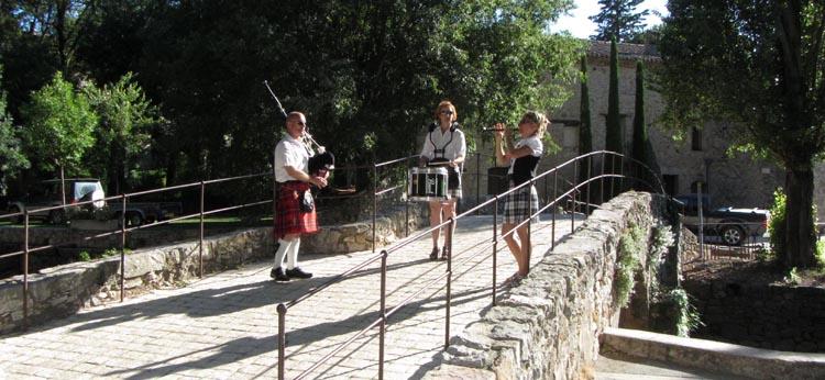 Lilith's Pipers, groupe de musique celtique et  cornemuse Toulon à Flassans le 17 août 2014 - 70ème anniversaire de la libération du village - trois sonneurs sur le pont