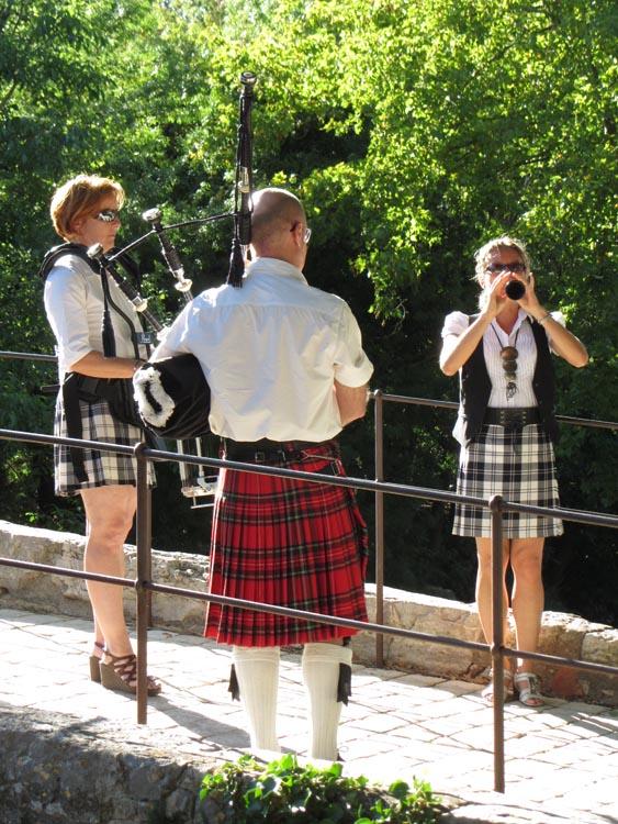 Lilith's Pipers, groupe de musique celtique et  cornemuse Toulon à Flassans le 17 août 2014 - 70ème anniversaire de la libération du village, une cornemuse, bombarde et caisse claire sur le pont